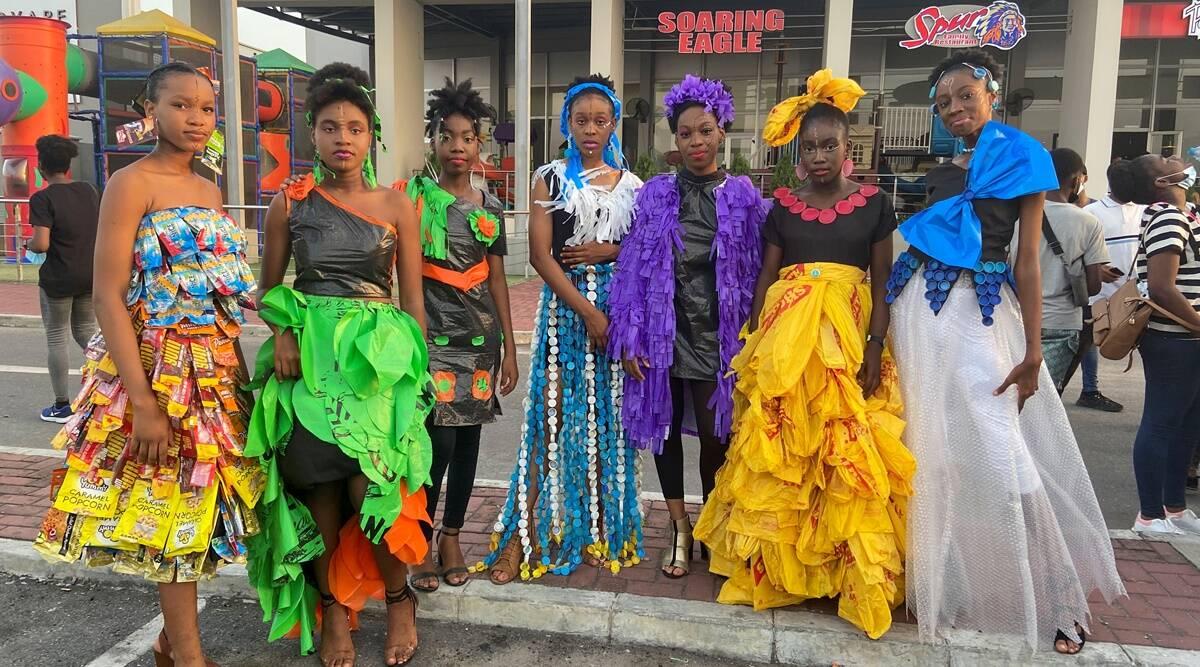 Activistas climáticos adolescentes nigerianos crean moda a partir de desechos para combatir la contaminación