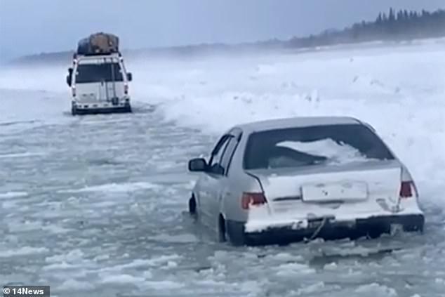 Los conductores de una furgoneta cargada y una berlina fueron filmados negociando la autopista de hielo a través del río Lena congelado en Yakutia.