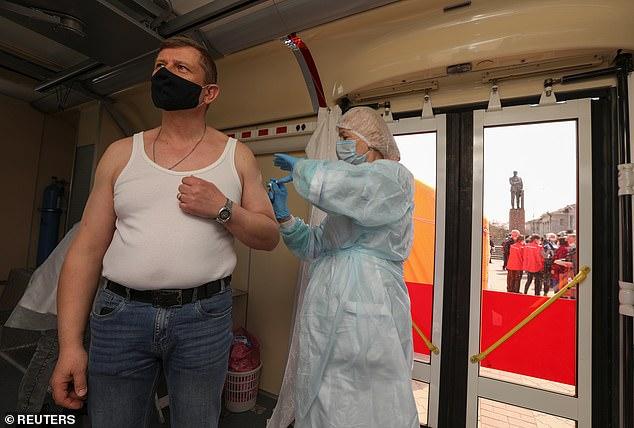 En la foto, un hombre recibe una dosis de la vacuna Sputnik V en un sitio de jab móvil en Simferopol, Crimea