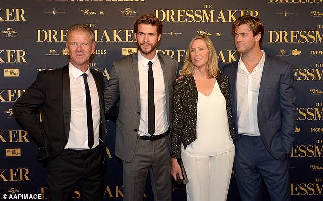Padres orgullosos: Chris (extremo derecho), Liam (segundo a la izquierda) y Luke Hemsworth se criaron en un remoto australiano con sus cariñosos padres Leonie y Craig (ambos en la foto).