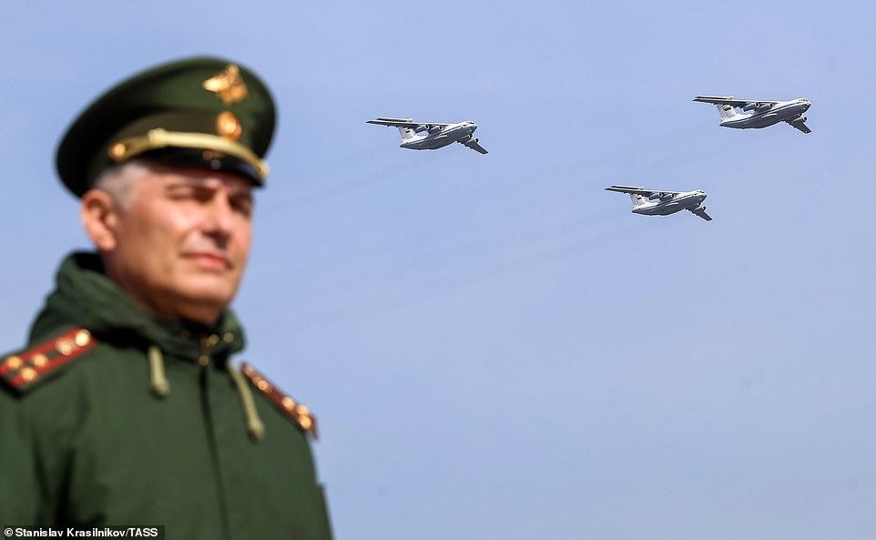 Los aviones de combate rusos atravesaron el cielo realizando acrobacias acrobáticas a velocidades vertiginosas en preparación para el próximo desfile del Día de la Victoria en Moscú