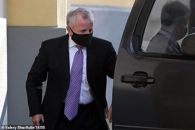 El embajador en Rusia, John J. Sullivan, se sube a un automóvil frente a Spaso House, la residencia del embajador de Estados Unidos en Moscú.