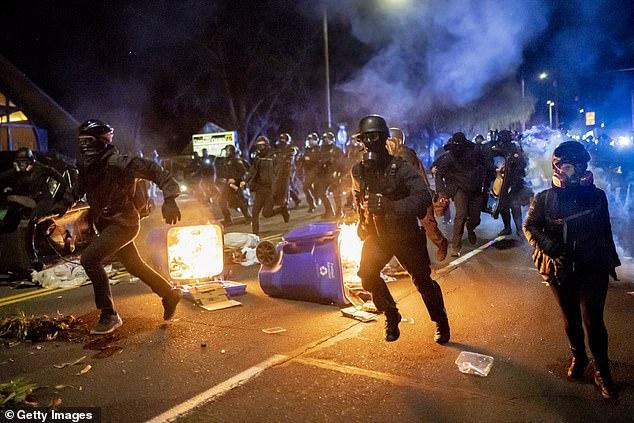 La policía persigue a los manifestantes después de que se declarara un motín durante una protesta contra el asesinato de Daunte Wright el 12 de abril. El alcalde de Portland dice que está decidido a recuperar la ciudad de la 'mafia anarquista' que ha infligido 'intimidación criminal y violencia' en su calles