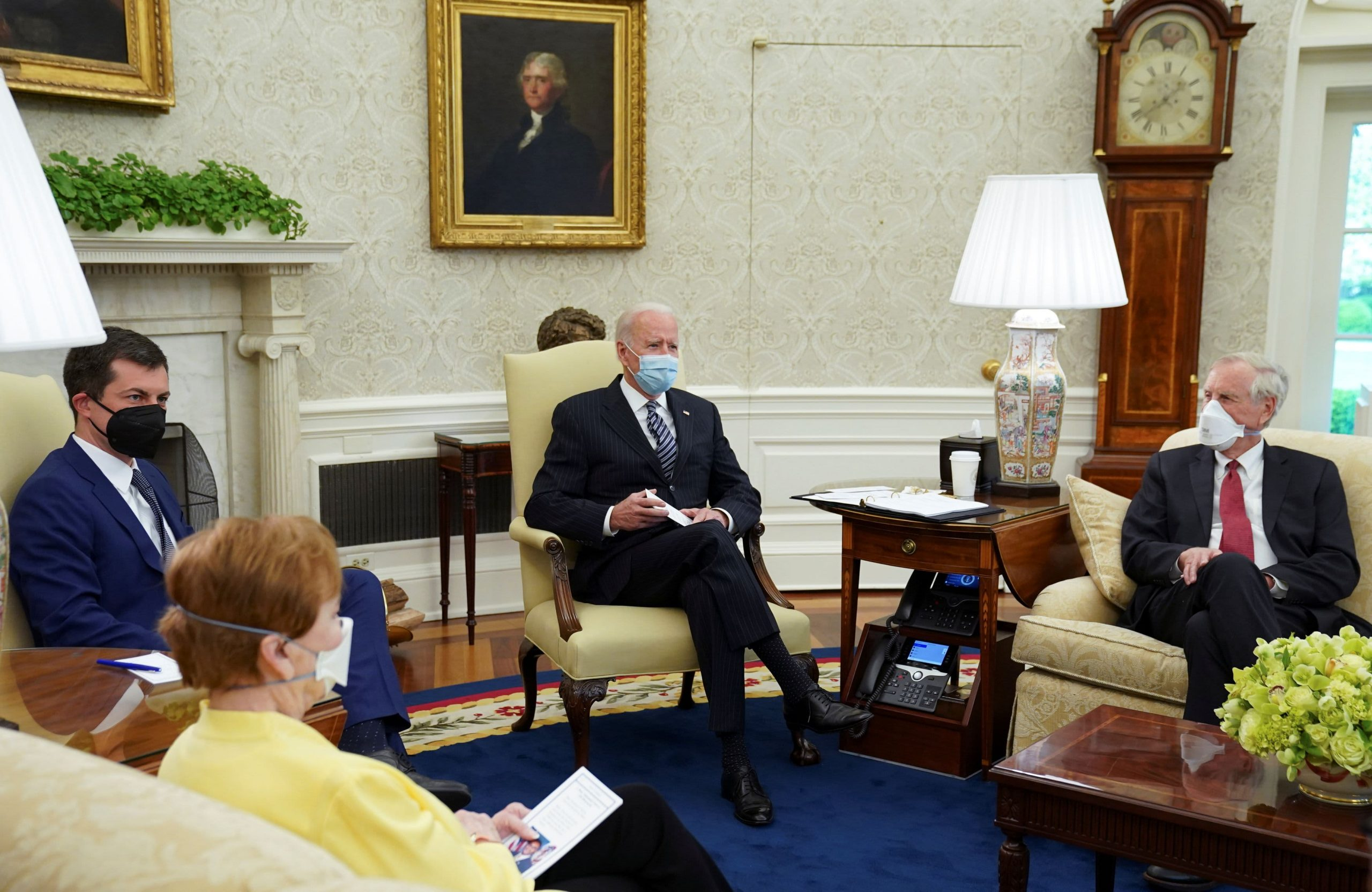 El hermano de un importante asesor de Biden presionó a la Casa Blanca este año en nombre de las grandes empresas de atención médica.
