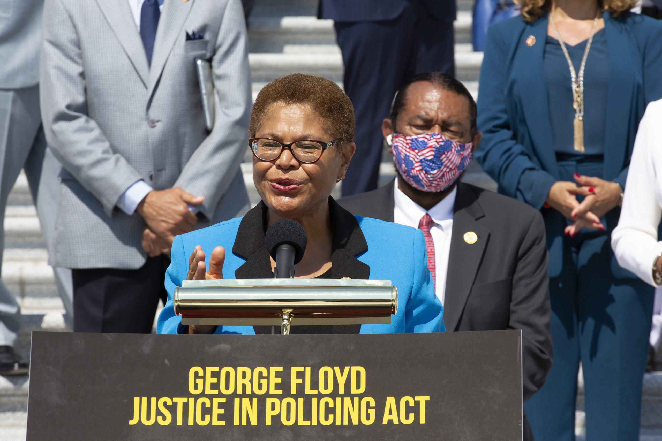 Grupo bipartidista llevará a cabo conversaciones sobre reforma policial mientras la Ley George Floyd se estanca en el Senado