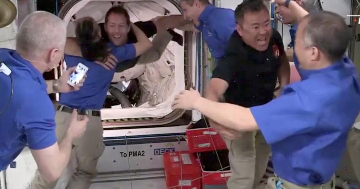 La tripulación llega a la estación espacial a bordo de una cápsula SpaceX reciclada