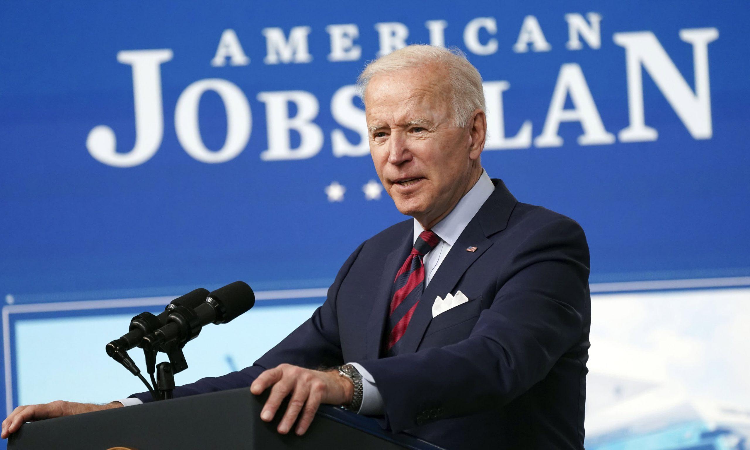 Los planes económicos de Biden ayudarán a EE. UU. A competir con China, dice el exsecretario del Tesoro