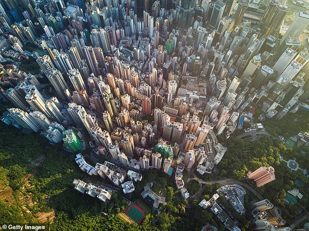 La policía dijo el martes que los estafadores atacaron a una anciana que vivía en una mansión en The Peak (en la foto), el vecindario más lujoso de Hong Kong.
