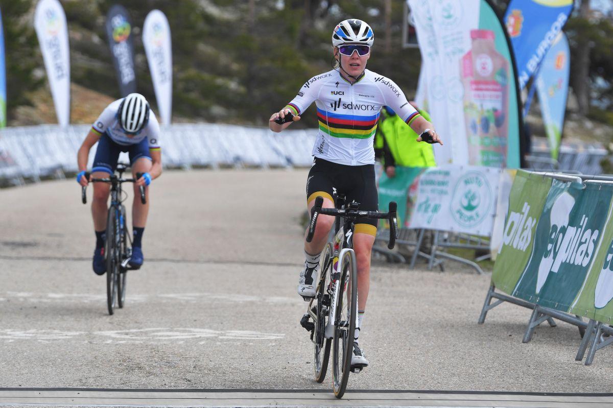 Anna van der Breggen gana una emocionante etapa en la cima de la montaña y se lleva la victoria general en la Vuelta a Burgos