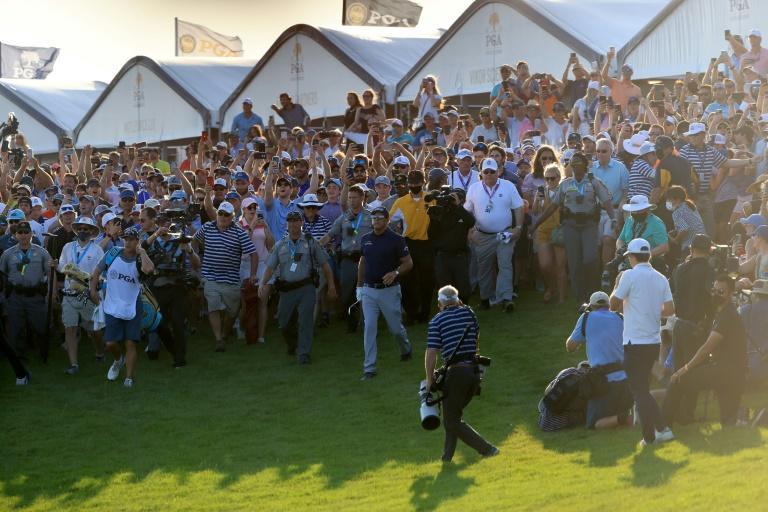El caos en el final de la PGA deleita a Mickelson y molesta a Koepka