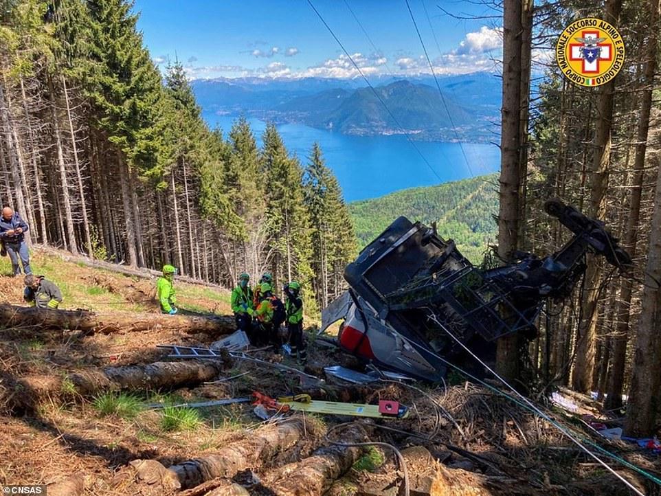 Ocho personas murieron después de que un teleférico en la cima de una montaña se hundiera en el suelo en el norte de Italia, mientras dos niños eran trasladados en avión al hospital.