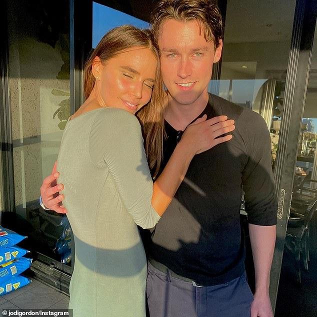 Separación: Jodi Gordon (izquierda) supuestamente se separó de su novio Sebastian Blackler (derecha) después de seis meses de citas.
