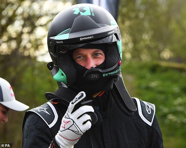 Se ve al Príncipe William, de 38 años, con un casco y equipo de protección completo mientras se prepara para probar un vehículo eléctrico en Fife.