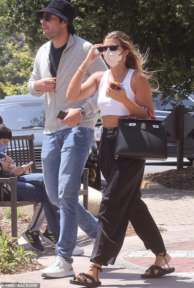 Más felices que nunca: Sofia Richie y su novio Elliot Grainge se veían felices después de disfrutar de una cita para almorzar en el restaurante griego Taverna Tony, aprobado por Kardashian, en Malibú el sábado.