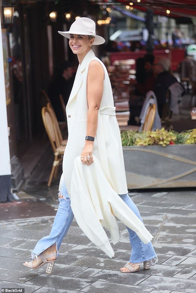 ¿Todo blanco?  Vogue Williams volvió a demostrar que es una experta en moda cuando se dirigió a Heart Radio el lunes en un conjunto increíble.