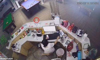 Las imágenes capturaron el momento en que una bola blanca de billar golpeó a una mujer entre los ojos después de rebotar en una mesa en Macheng, China