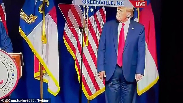 Un videoclip de la transmisión televisiva en un teléfono celular llevó a los críticos de Trump a un frenesí, y pareció mostrarlo con pantalones sin cremallera en la parte delantera y curiosamente abrochados en los muslos.