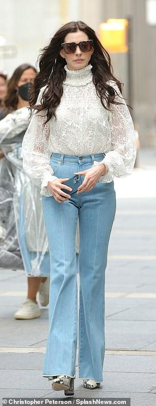 La ganadora del Oscar Anne Hathaway continuó filmando su serie de Apple TV + WeCrashed mientras estaba en Manhattan el domingo.