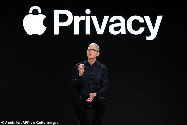 En la foto (Tim Cook, CEO de Apple) Un nuevo informe dice que la App Store de Apple en China eliminó 27 aplicaciones relacionadas con LGBT, afirmando que el gigante tecnológico está 'ayudando activamente a los gobiernos de todo el mundo' a aislar, silenciar y oprimir a las personas LGBTQ +, algo que Apple niega con vehemencia.