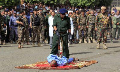 Tres yemeníes fueron ejecutados en la plaza Tahrir en la capital de Saná el miércoles.  En la imagen: un verdugo vestido con uniforme verde del ejército y guantes negros se prepara para disparar a Ali al-Naami, de 40 años, que fue condenado por asesinar a sus tres hijas.