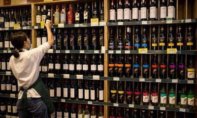 Vino elaborado en Australia para la venta en una tienda en Beijing.  El Ministerio de Comercio de China introdujo anteriormente un arancel de entre el 107,1 por ciento y el 212,1 por ciento sobre el producto alcohólico.