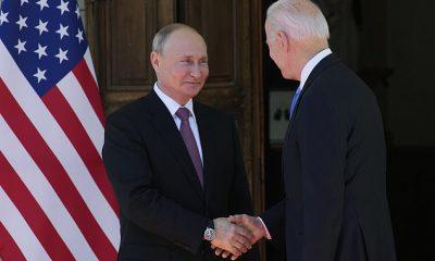 Biden extendió su mano primero.  Putin aceptó y los dos procedieron a estrechar la mano y sonreír para las cámaras.  Ignoraron las preguntas gritadas por los reporteros que cubrían la cumbre.