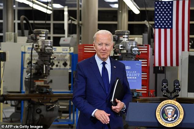 Joe Biden, visto en el Centro de Tecnología de Manufactura de Cuyahoga Community College, el 27 de mayo, dijo que está ansioso por firmar el nuevo proyecto de ley de gastos cuando se trata de su escritorio.  Los partidarios del plan dicen que es la mayor inversión en ciencia y tecnología en décadas.
