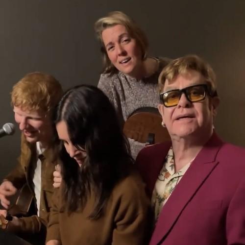 Courteney Cox recluta a Elton John y Ed Sheeran para interpretar una canción para Lisa Kudrow