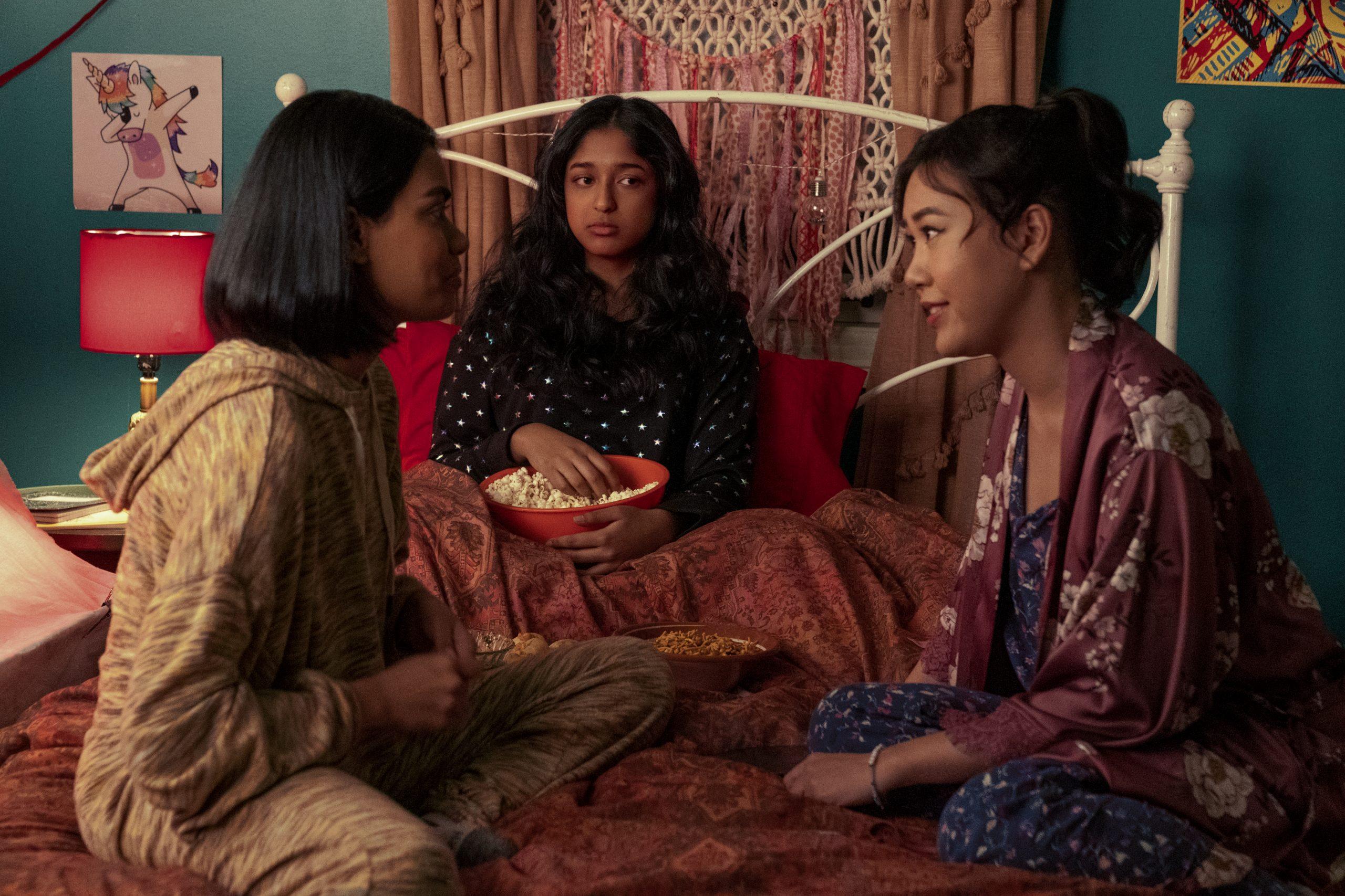 Devi hace malabares con dos chicos en el tráiler de la segunda temporada de 'Never Have I Ever'