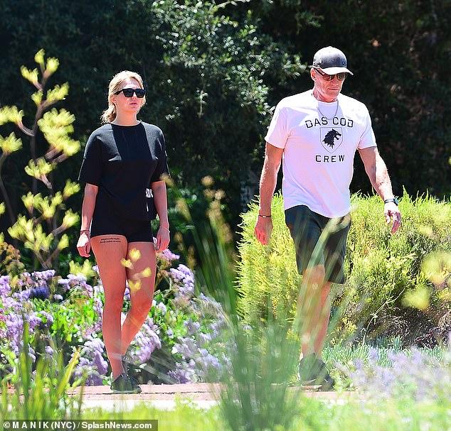 ¡Todavía va fuerte!  El alumno de Rocky IV Dolph Lundgren y su prometida Emma Krokdal caminaron juntos en Coldwater Canyon Park en Los Ángeles el martes