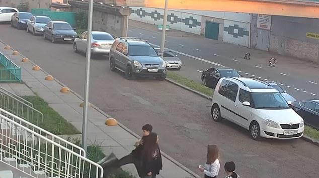 Un cubo de basura de la calle lucha magistralmente contra dos niños después de que lo atacaron para mostrar sus habilidades de lucha frente a sus compañeras de clase.