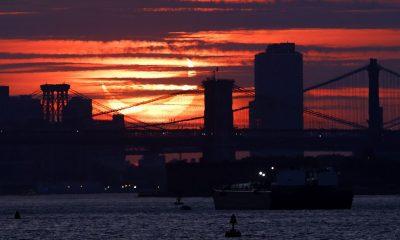 NUEVA YORK: El eclipse solar parcial fue visible sobre la ciudad de Nueva York y otras partes de la costa este de EE. UU. El jueves por la mañana cuando el evento celeste hizo que el sol apareciera como una media luna.