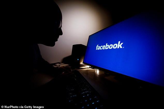 La mayoría del reclutamiento en línea en casos de tráfico sexual activo el año pasado ocurrió en Facebook, según un nuevo informe del Human Trafficking Institute.  En la imagen: un hombre mira la pantalla de una computadora con el logotipo de Facebook [stock photo]