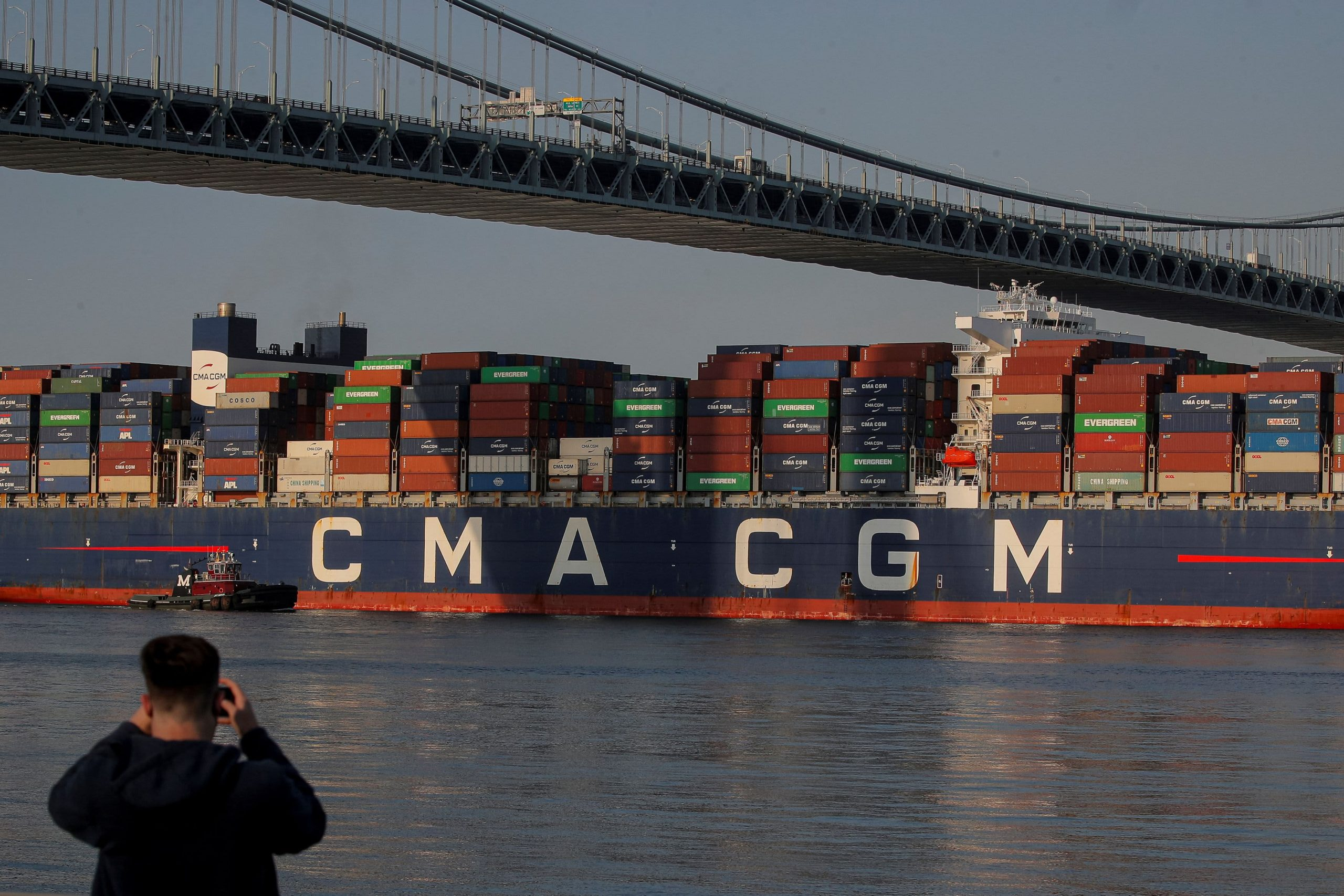 El déficit comercial de EE. UU. Se reduce ligeramente desde niveles récord a medida que la demanda de importaciones de la era Covid disminuye