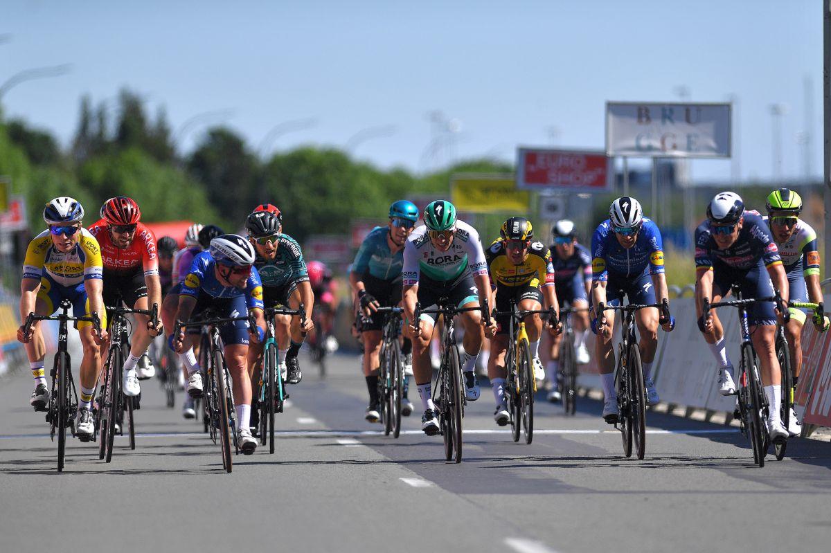 El final fotográfico coloca a Mark Cavendish en segundo lugar en la carrera de un día de Bélgica mientras continúa la trayectoria ascendente