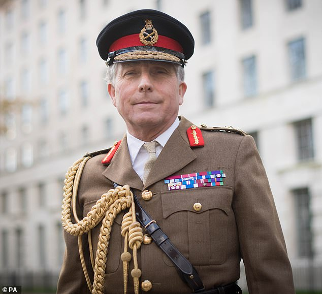 El jefe de las fuerzas armadas del Reino Unido, el general Sir Nick Carter (arriba), dijo que está durmiendo noches de sueño debido a su miedo a la guerra con Rusia tras el enfrentamiento de esta semana en el Mar Negro.