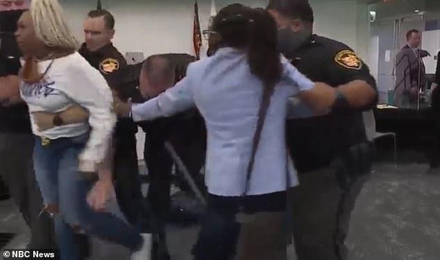 Tras su absolución el martes, una mujer corrió hacia él gritando: 'Tienes que estar jodidamente bromeando' y diciendo 'Te voy a matar'.