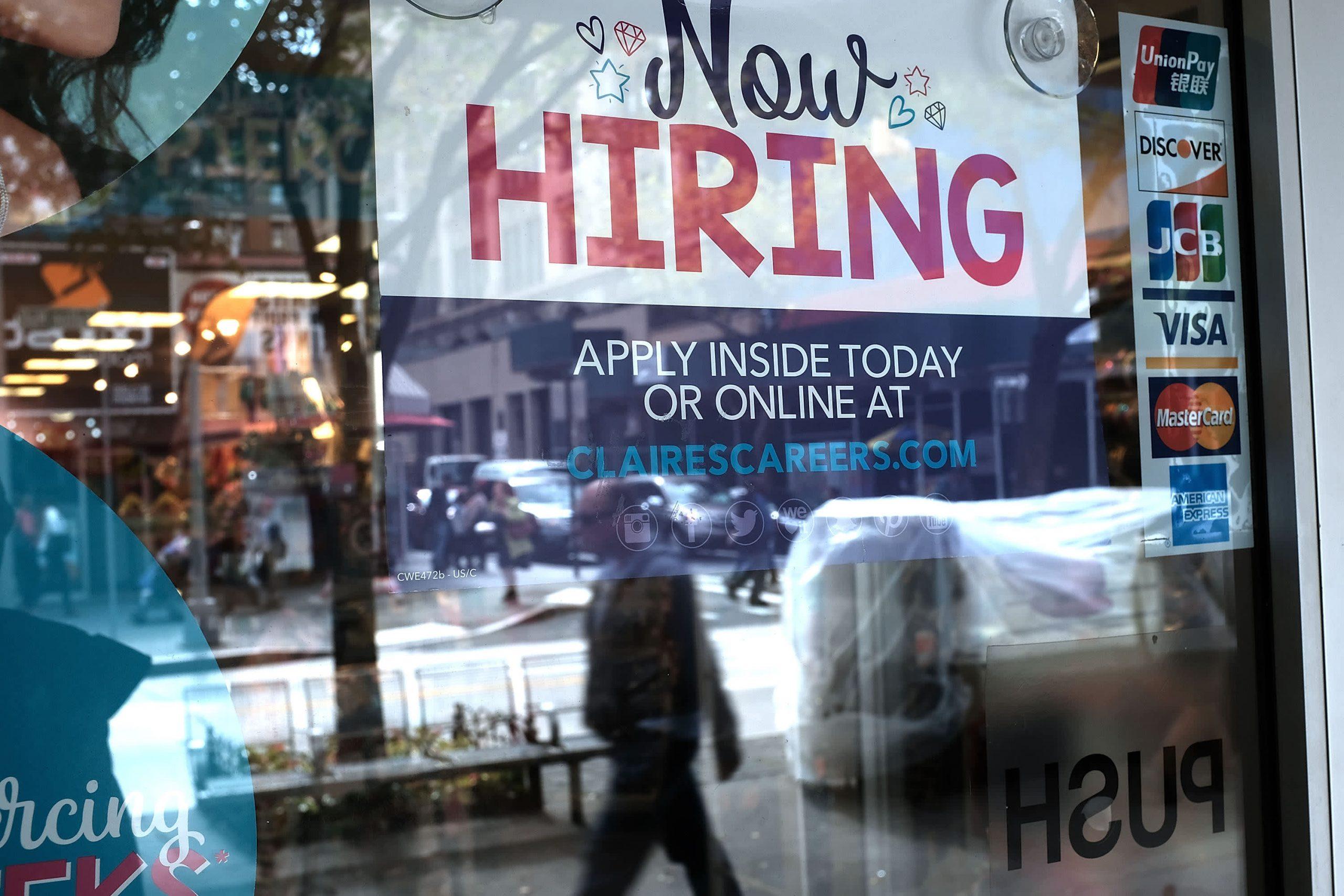 El informe de empleos muestra una mejora, pero no lo suficiente como para que la Fed hable sobre la reducción gradual