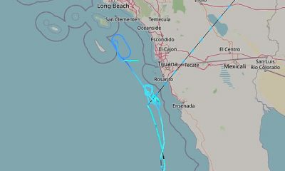 Los funcionarios no están seguros de qué causó el fuerte sonido, pero los datos de seguimiento de vuelo mostraron un avión no identificado (trayectoria azul claro) que viajaba a velocidades supersónicas frente a la costa del condado de San Diego alrededor de las 8:20 pm PST, minutos antes de que se escuchara el terremoto.