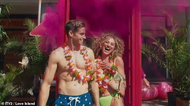 ¡Tan calientes que necesitan enfriarse!  Un nuevo tráiler de Love Island 2021 ve a los solteros sexy revelar sus figuras tonificadas mientras se divierten en una calle antes de la temporada tan esperada.
