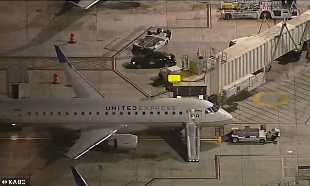 El tobogán de emergencia del avión se infló automáticamente cuando el hombre abrió la puerta y fue visible en el costado del avión cuando regresó a la puerta de LAX.