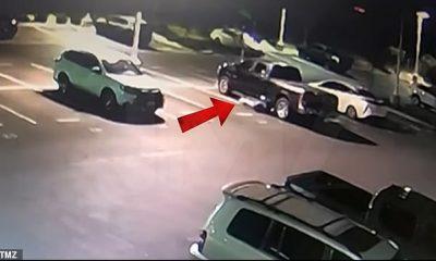 Se puede ver al sospechoso saliendo de debajo de los autos en un concesionario Toyota.