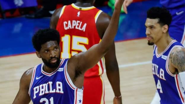 Embiid ayuda a los 76ers a nivelar la serie Hawks