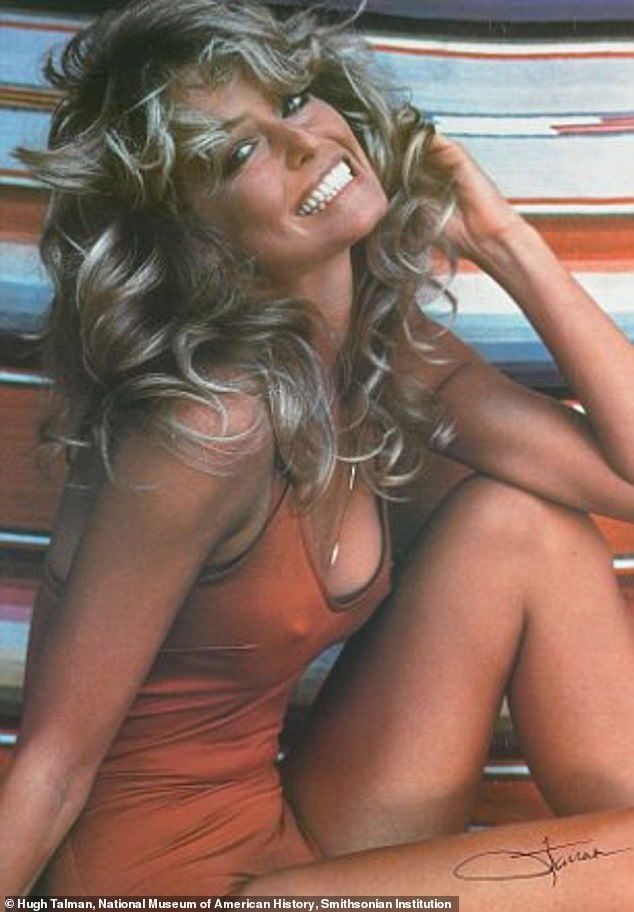Tops!  Farrah Fawcett es la estrella del póster pinup más vendido de todos los tiempos donde echa la cabeza hacia atrás mientras usa un traje de baño rojo.