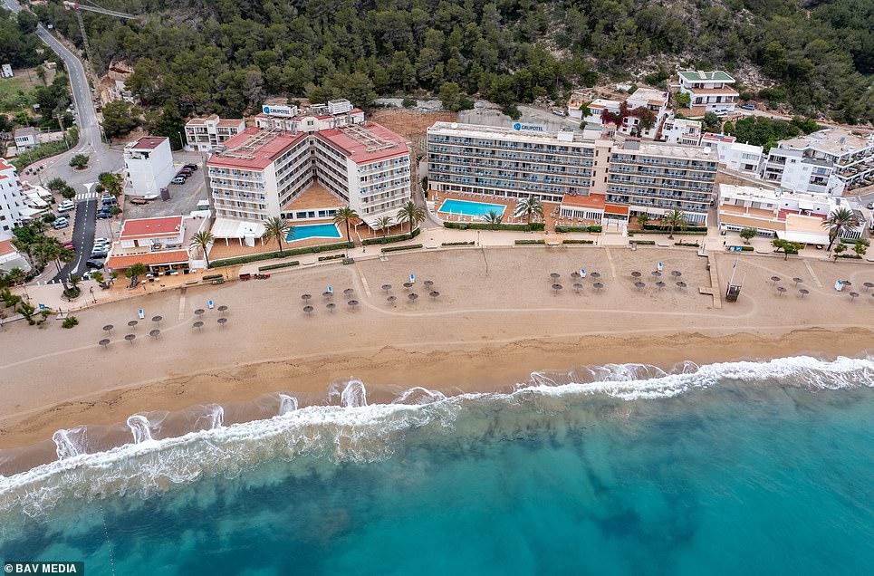 Una playa de Cala de Sant Vicent, Ibiza, parecía desierta