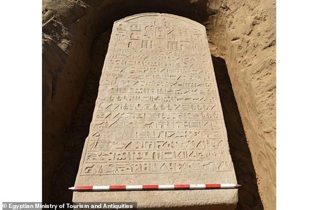 Una tablilla de piedra asociada con el faraón egipcio Apries del siglo VI a.C. fue descubierta accidentalmente por un agricultor en el noreste de Egipto.