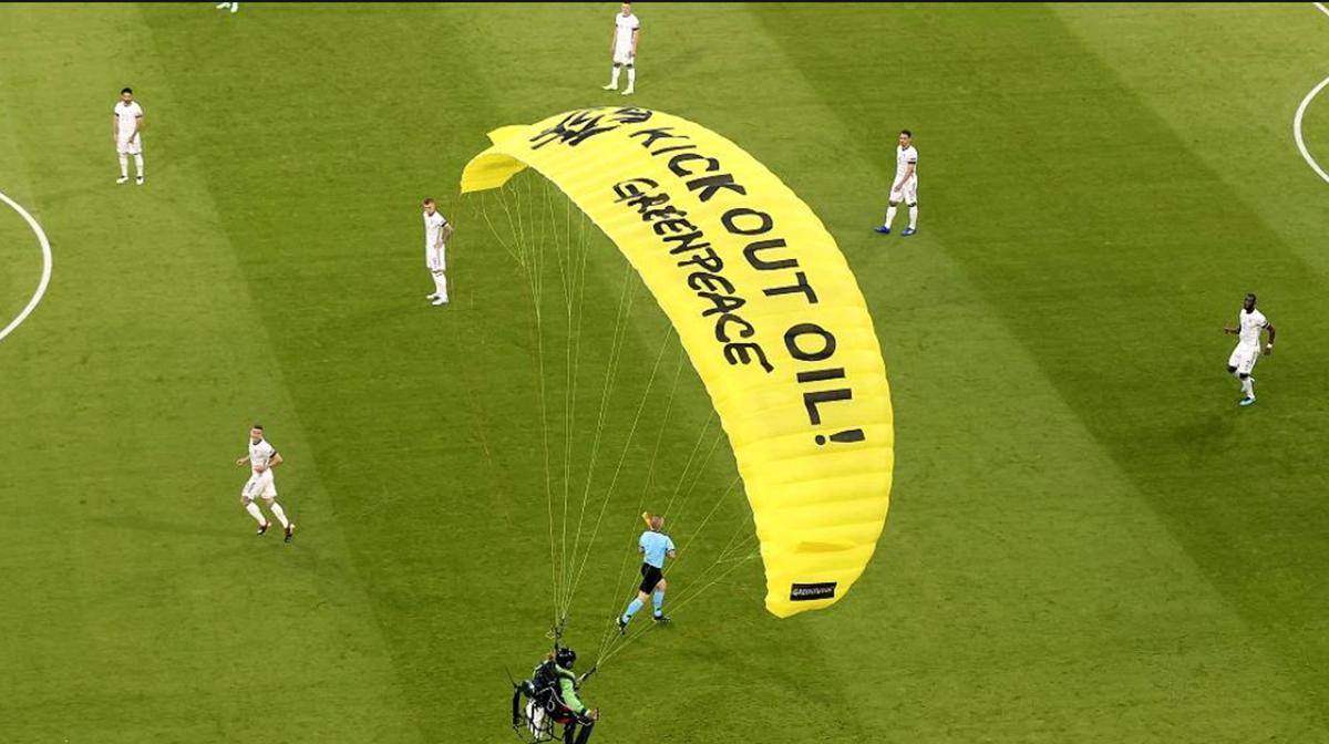 Greenpeace se disculpa, la policía local critica a un manifestante de la Eurocopa 2020
