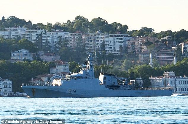 El buque de guerra de la Royal Navy HMS Trent se abrió camino a lo largo del Estrecho del Bósforo en Turquía esta mañana.