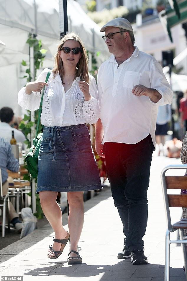 Saliendo: Harry Enfield no estaba dejando que la división lo deprimiera cuando se encontró con su vieja amiga, la comediante y coprotagonista Catherine Shepherd en Londres el viernes.