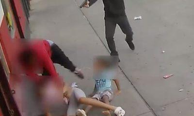 Imágenes de vigilancia impactantes capturaron el momento en que un hombre pisoteó a dos niños pequeños mientras intentaba escapar de un tirador que disparó casi una docena de balas en medio de una calle del Bronx y apuntó con su arma a los niños aterrorizados.